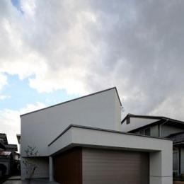 矢絣の家 (白い建物外観)