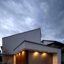 矢絣の家の写真 明かりの灯った白い建物外観