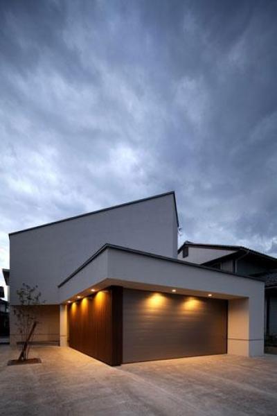 矢絣の家 (明かりの灯った白い建物外観)