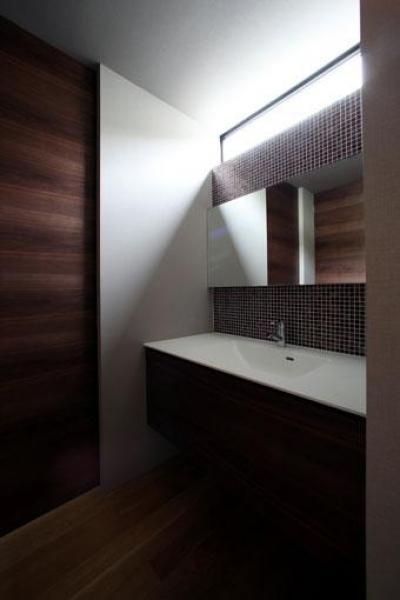 モザイクタイルを使用した洗面台 (矢絣の家)