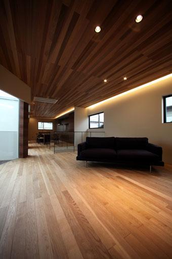 矢絣の家の写真 間接照明が落ち着きを与えるLDK