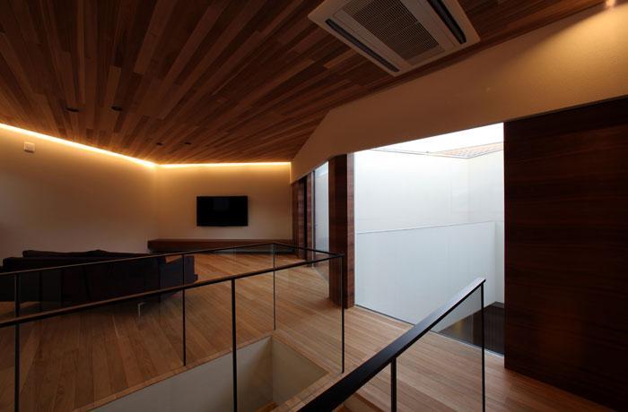 矢絣の家の写真 間接照明が落ち着きを与えるリビング