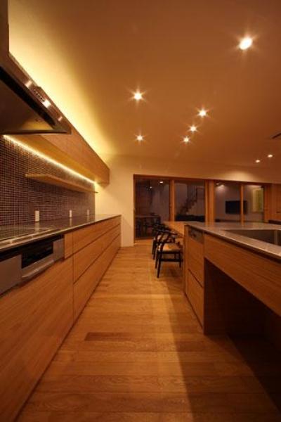 紬の家 (キッチンと横に繋がるダイニング)