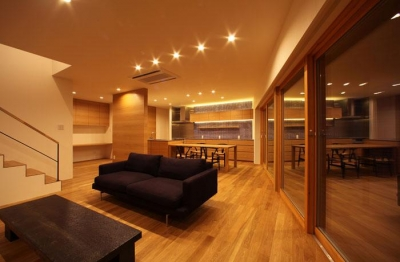 紬の家 (照明で明々としたリビング)