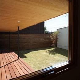 紬の家 (中庭とウッドデッキを望む)