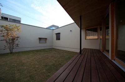 中庭・ウッドデッキ (紬の家)