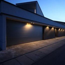 瀬石の家~落ち着きのあるLDK~ (ビルトインガレージの建物外観(夕景))