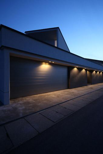 瀬石の家の部屋 ビルトインガレージの建物外観(夕景)