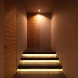 間接照明が仕込まれた階段のある廊下