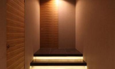 瀬石の家~落ち着きのあるLDK~ (間接照明が仕込まれた階段のある廊下)