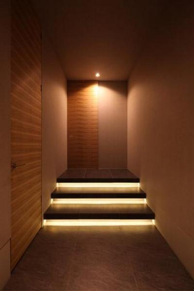 間接照明が仕込まれた階段のある廊下 (瀬石の家~落ち着きのあるLDK~)