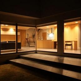 瀬石の家~落ち着きのあるLDK~ (中庭から明かりの灯ったLDKを望む)