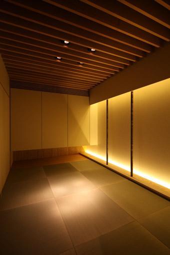 瀬石の家の部屋 黒い琉球畳を敷いた和モダン空間
