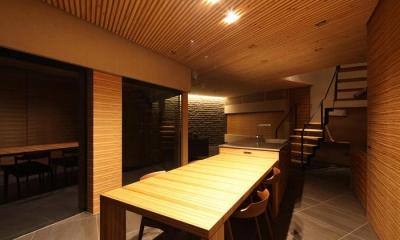 アイランドキッチンと横に繋がるダイニング|瀬石の家~落ち着きのあるLDK~