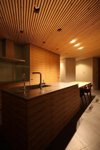 瀬石の家の部屋 アイランドキッチンと横に繋がるダイニング