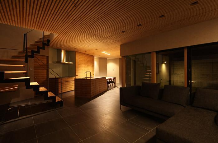 瀬石の家の部屋 間接照明が落ち着きを与える大人なLDK