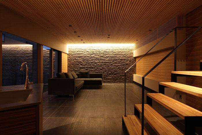 瀬石の家の部屋 間接照明が落ち着きを与える大人なリビング