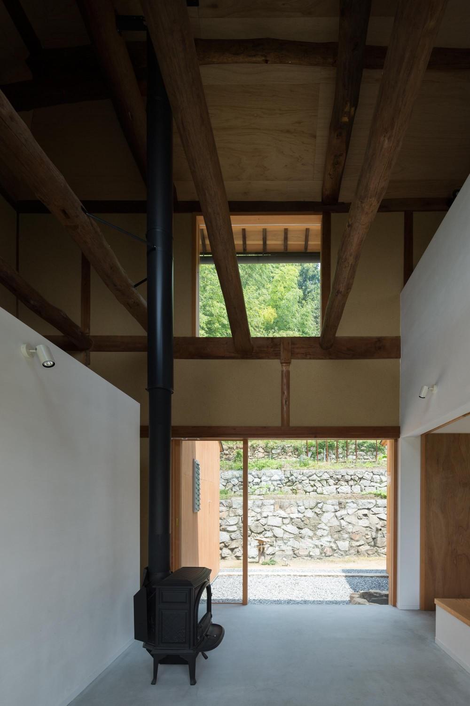 おかやまのいえ ー里山や隣近所との繋がりを住み継ぐ家ー (薪ストーブのある土間)