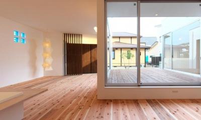 鈴鹿の家Ⅰ (キッチンからウッドデッキを眺める)