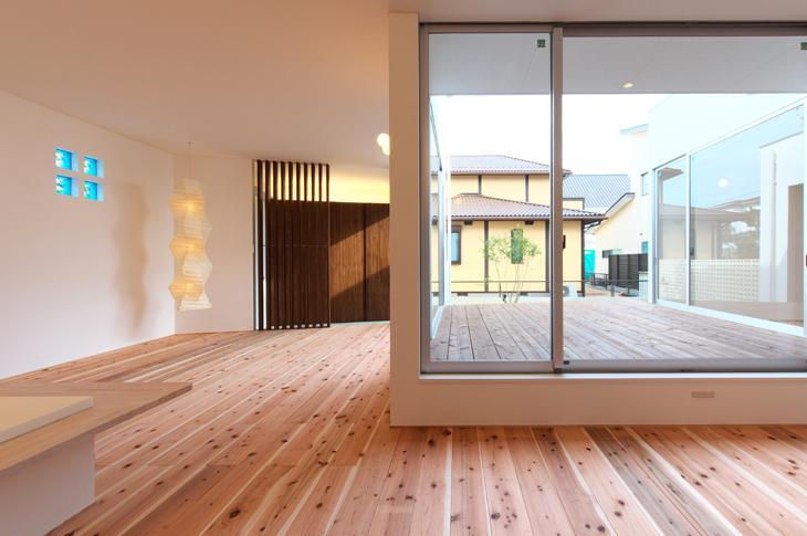 鈴鹿の家Ⅰの部屋 キッチンからウッドデッキを眺める