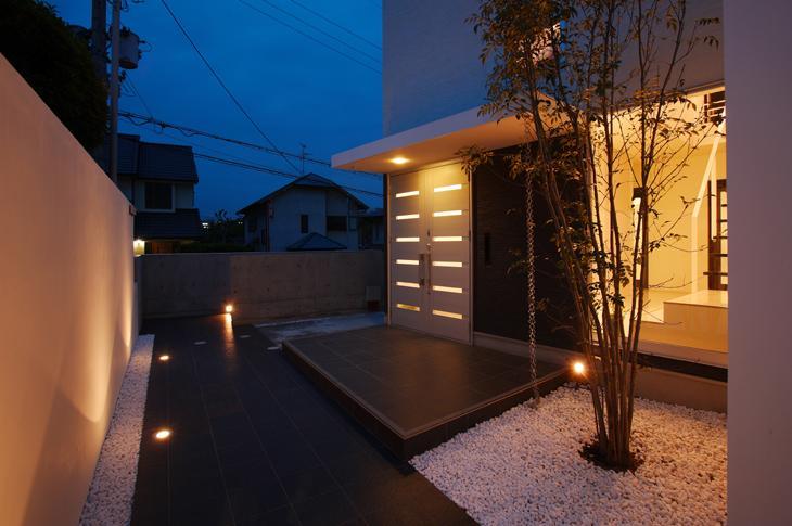 吹田の家の部屋 シンボルツリーのある玄関