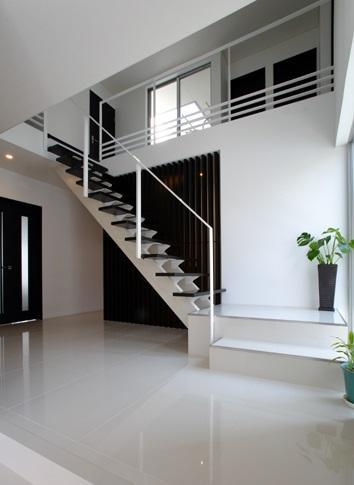 吹田の家の部屋 モダンな階段と吹き抜け