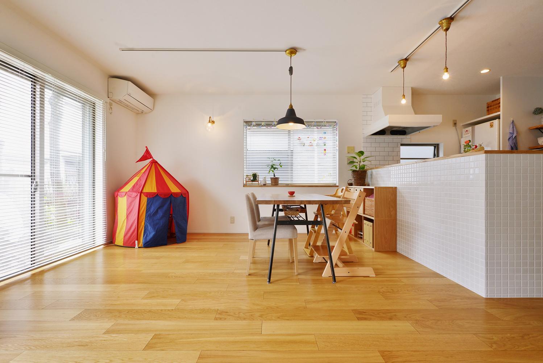 T邸・「自分のことは自分でできる子ども」を育てる工夫が満載の部屋 開口部の多い明るいダイニングキッチン