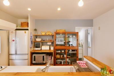 キッチンカウンター越しのキッチン (T邸・「自分のことは自分でできる子ども」を育てる工夫が満載)