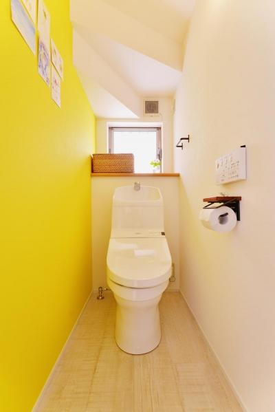イエローのアクセントクロスが鮮やかなトイレ (T邸・「自分のことは自分でできる子ども」を育てる工夫が満載)
