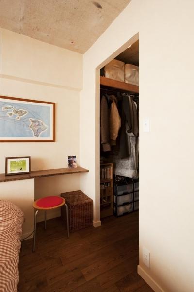 寝室内のウォークインクローゼット (T邸・さわやかな風の吹き抜ける住まい)
