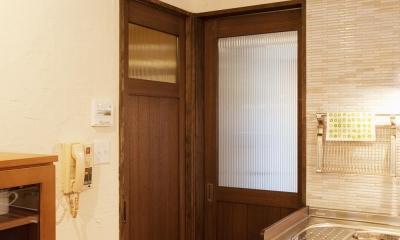 T邸・さわやかな風の吹き抜ける住まい (リビングドアと洗面室ドア)