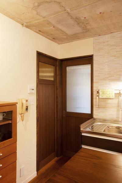 リビングドアと洗面室ドア (T邸・さわやかな風の吹き抜ける住まい)