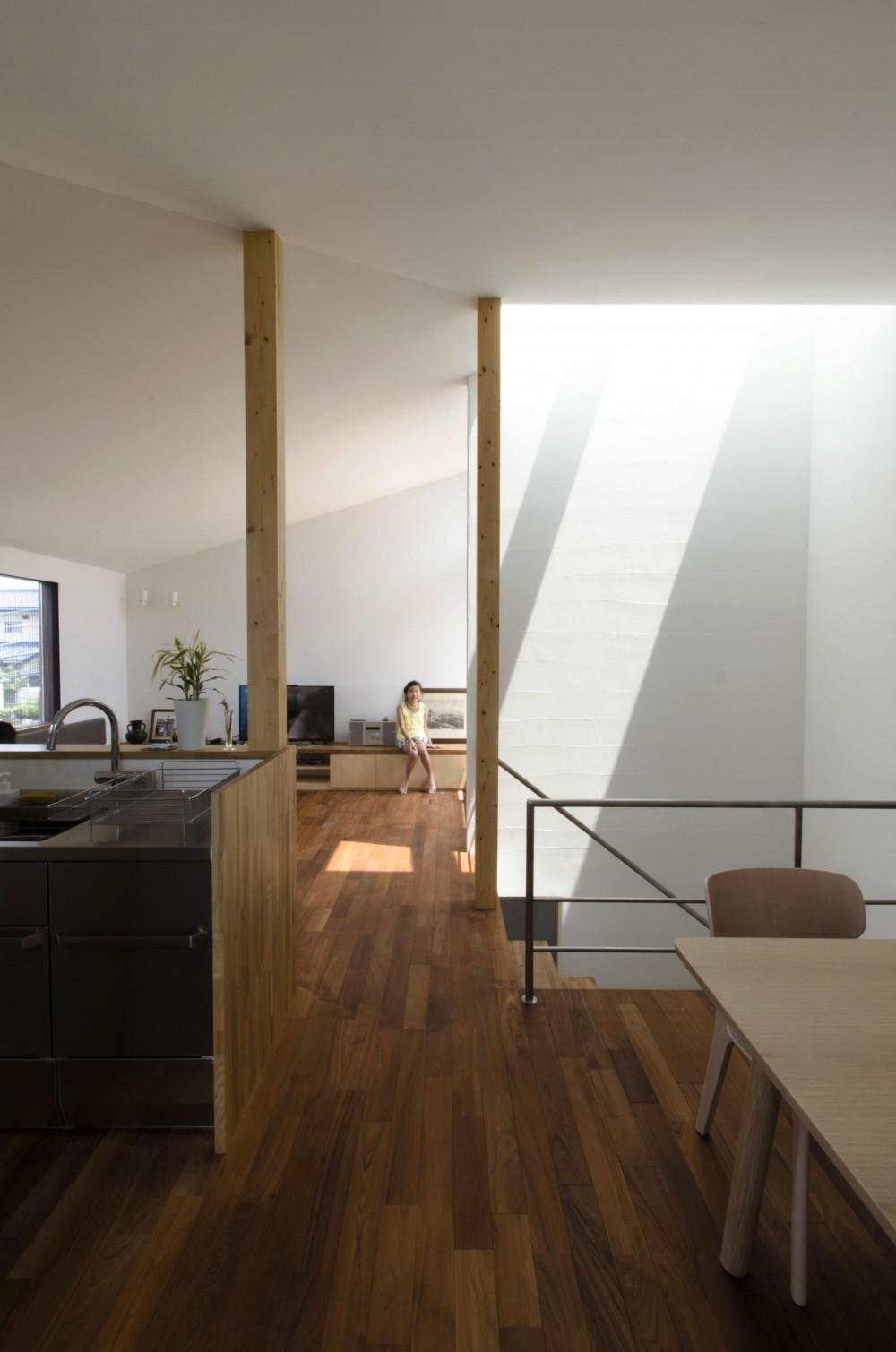 柿の木台M邸-天窓付き階段を中央に配する2階リビングの家- (リビング)