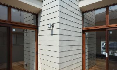 柿の木台M邸-天窓付き階段を中央に配する2階リビングの家- (デッキテラス)