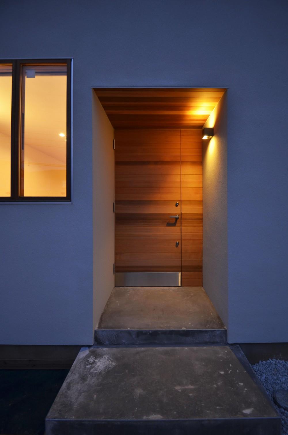 柿の木台M邸-天窓付き階段を中央に配する2階リビングの家- (玄関)