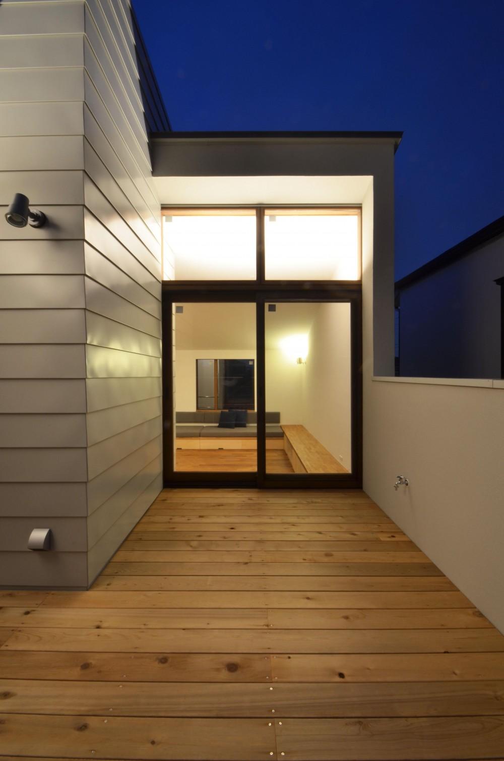 柿の木台M邸-天窓付き階段を中央に配する2階リビングの家- (デッキ夜景)