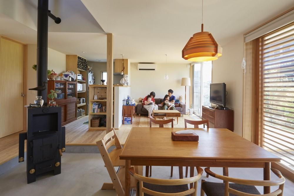 山崎の住宅 (土間ダイニングからリビング)