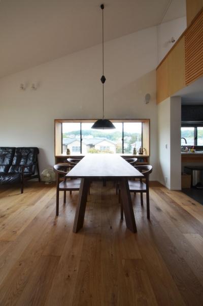 ダイニングテーブル (元石川町M邸-おおらかな片流れ屋根の下から望む眺めの家-)