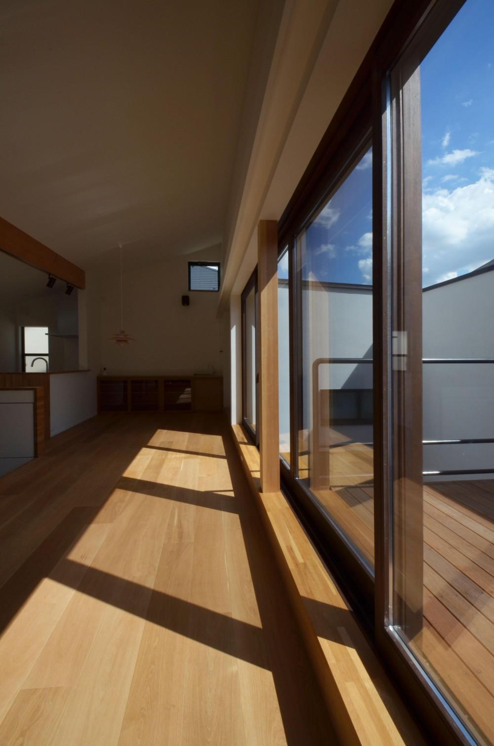 桃井M邸-中庭を中心としたコの字配置の立体コートハウス- (木製サッシ)