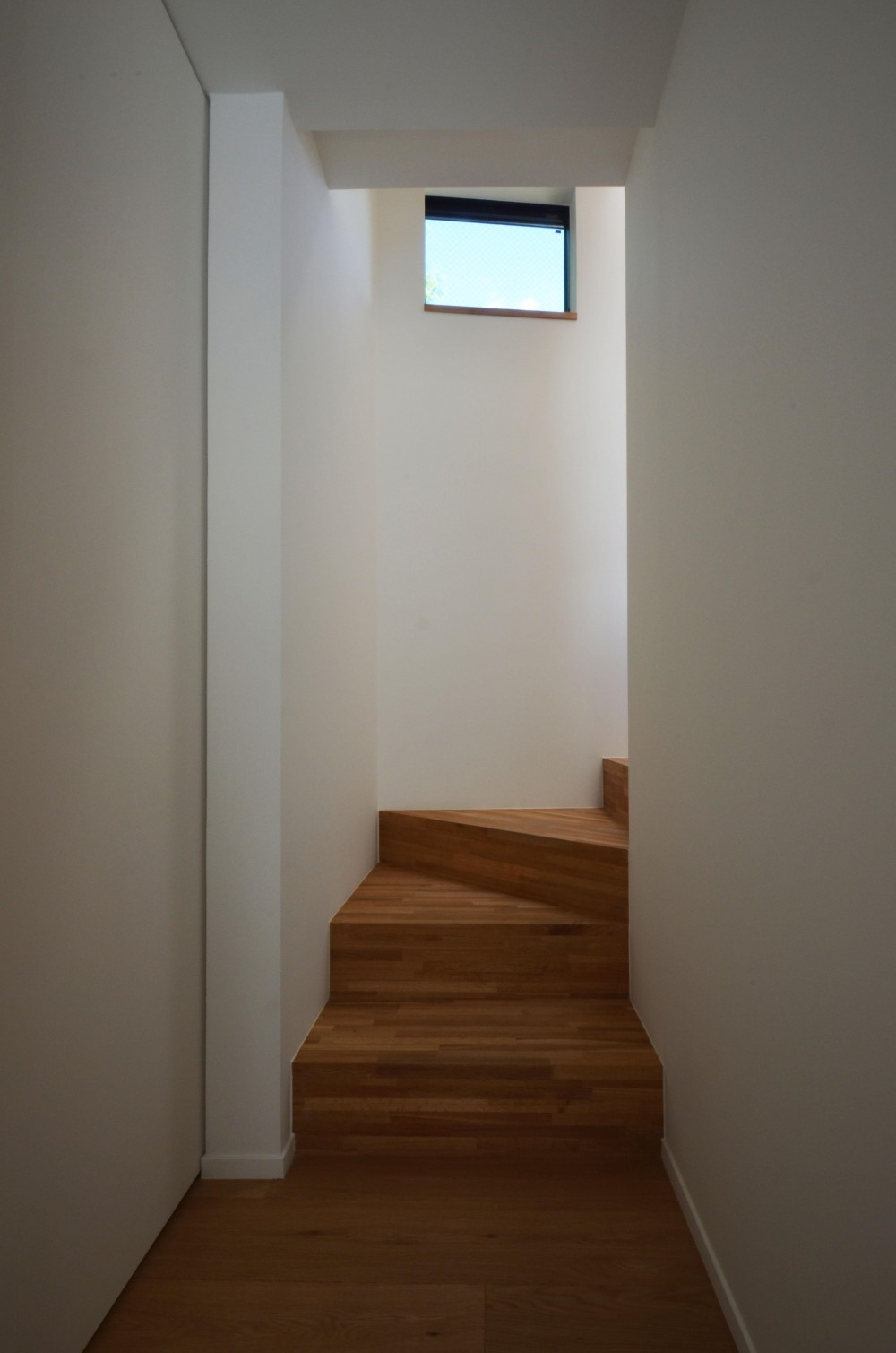 桃井M邸-中庭を中心としたコの字配置の立体コートハウス- (階段)