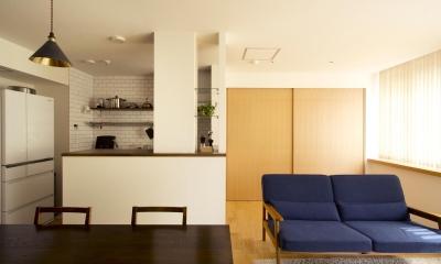 S邸・こだわりの書斎スペースがあるリビング (本棚側から見たLDK)