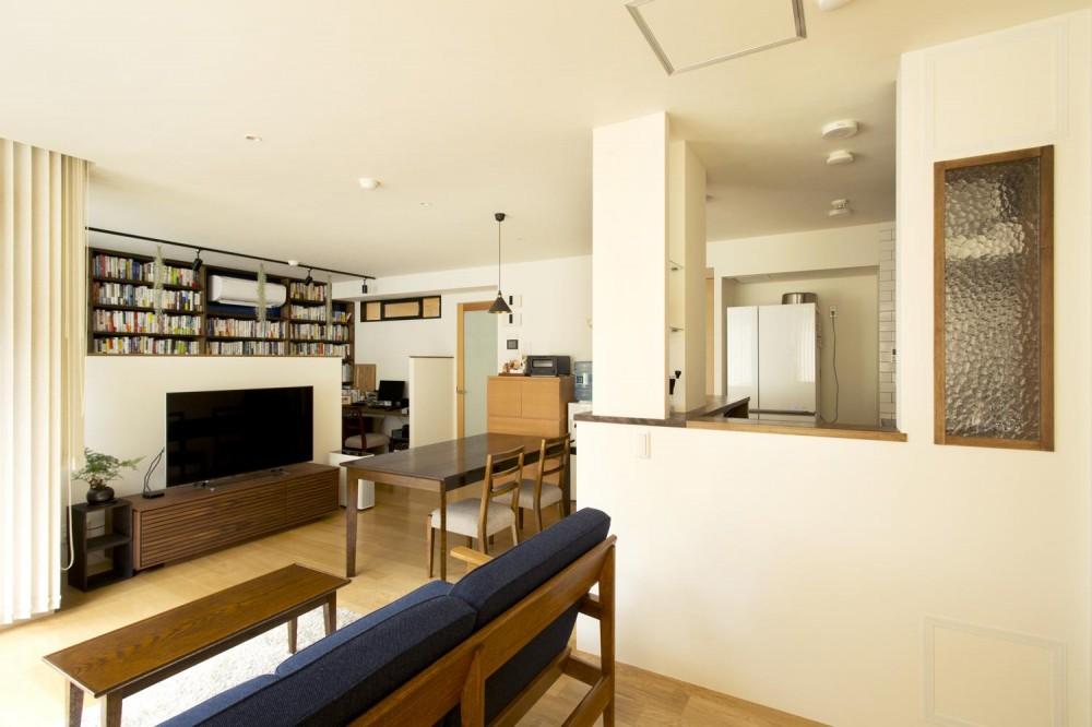 S邸・こだわりの書斎スペースがあるリビング (リビング側から見たLDK)