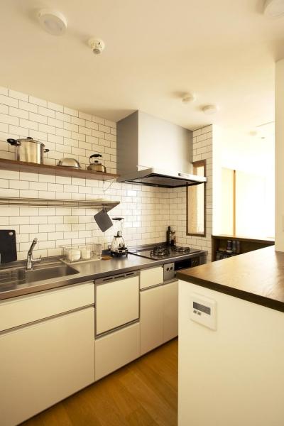タイル壁のキッチン (S邸・こだわりの書斎スペースがあるリビング)