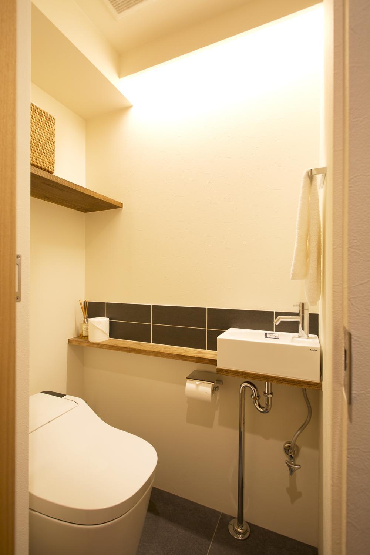 S邸・こだわりの書斎スペースがあるリビング (トイレ)