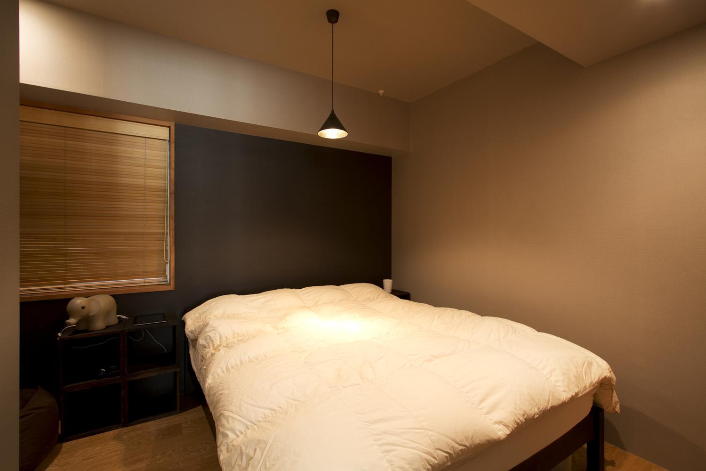 S邸・こだわりの書斎スペースがあるリビングの部屋 アクセントウォールのあるベッドルーム
