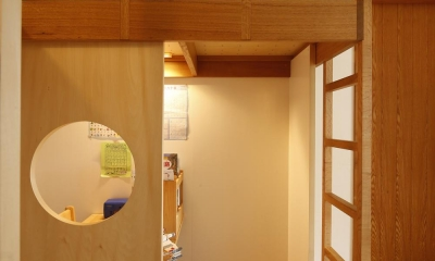 S邸・のぼり棒付きの楽しいロフトベッド! (横並びのロフトベッド(それぞれの空間から隣を見る))
