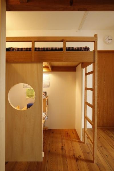 横並びのロフトベッド(それぞれの空間から隣を見る) (S邸・のぼり棒付きの楽しいロフトベッド!)