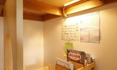 S邸・のぼり棒付きの楽しいロフトベッド! (ロフトベッド階段(リビング側)からみた勉強机)