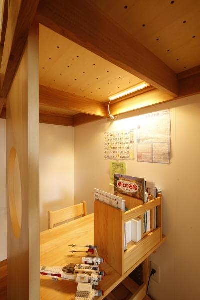 ロフトベッド階段(リビング側)からみた勉強机 (S邸・のぼり棒付きの楽しいロフトベッド!)