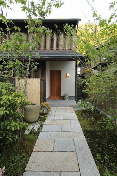 新緑のアプローチ (『米倉』二階堂Y邸)